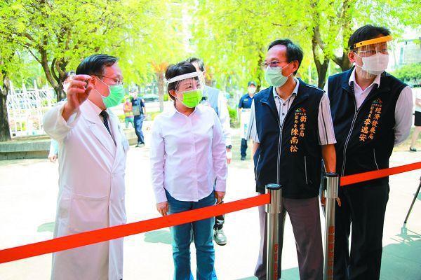 台中市推動「園區快篩專案」,市長盧秀燕(中)視察精密機械科技創新園區快篩站運作。