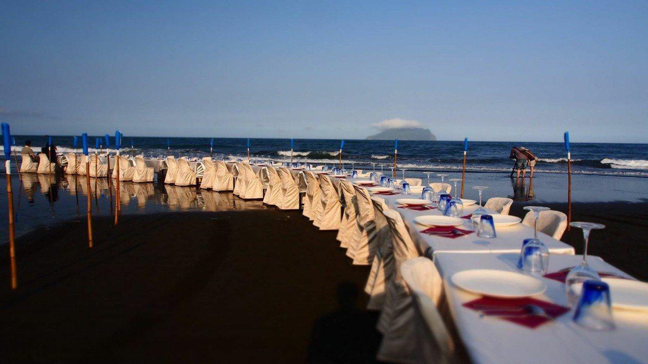 在沙灘上舉辦的「稻田裡的餐桌計畫」。 圖/幸福果食 提供