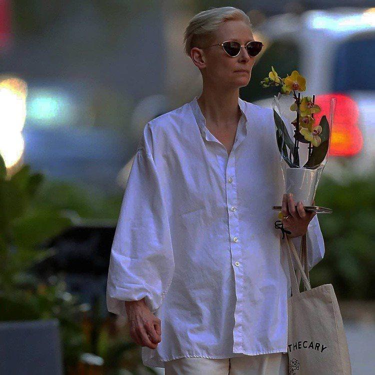 隨性優雅的白襯衫也是蒂妲史雲頓日常穿搭的選項。圖/取自IG