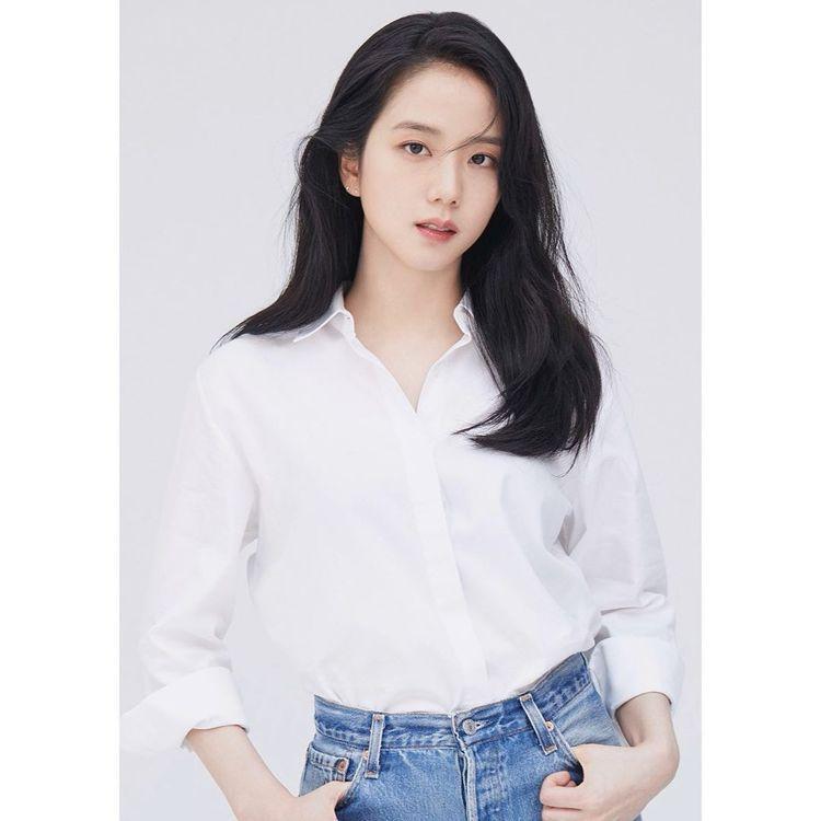 BLACKPINK的Jisoo也偏好白色的上衣款式,日前經紀公司的官方照片就是清...