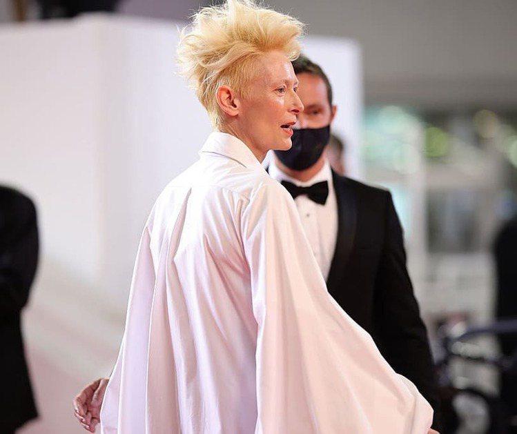「古一大師」蒂妲史雲頓的髮型相當搶鏡。圖/取自IG