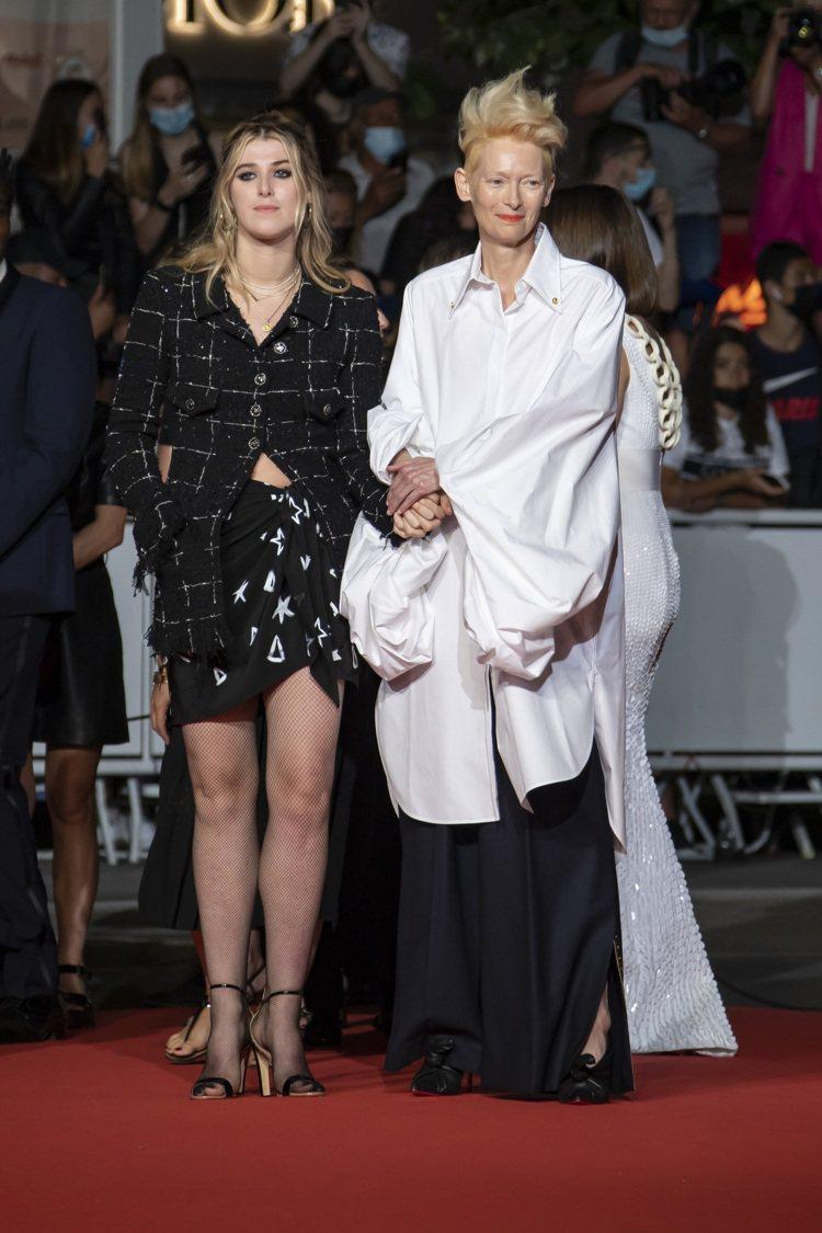 時尚仙界資優生蒂妲史雲頓身穿SCHIAPARELLI寬版襯衫和演員女兒Honor...