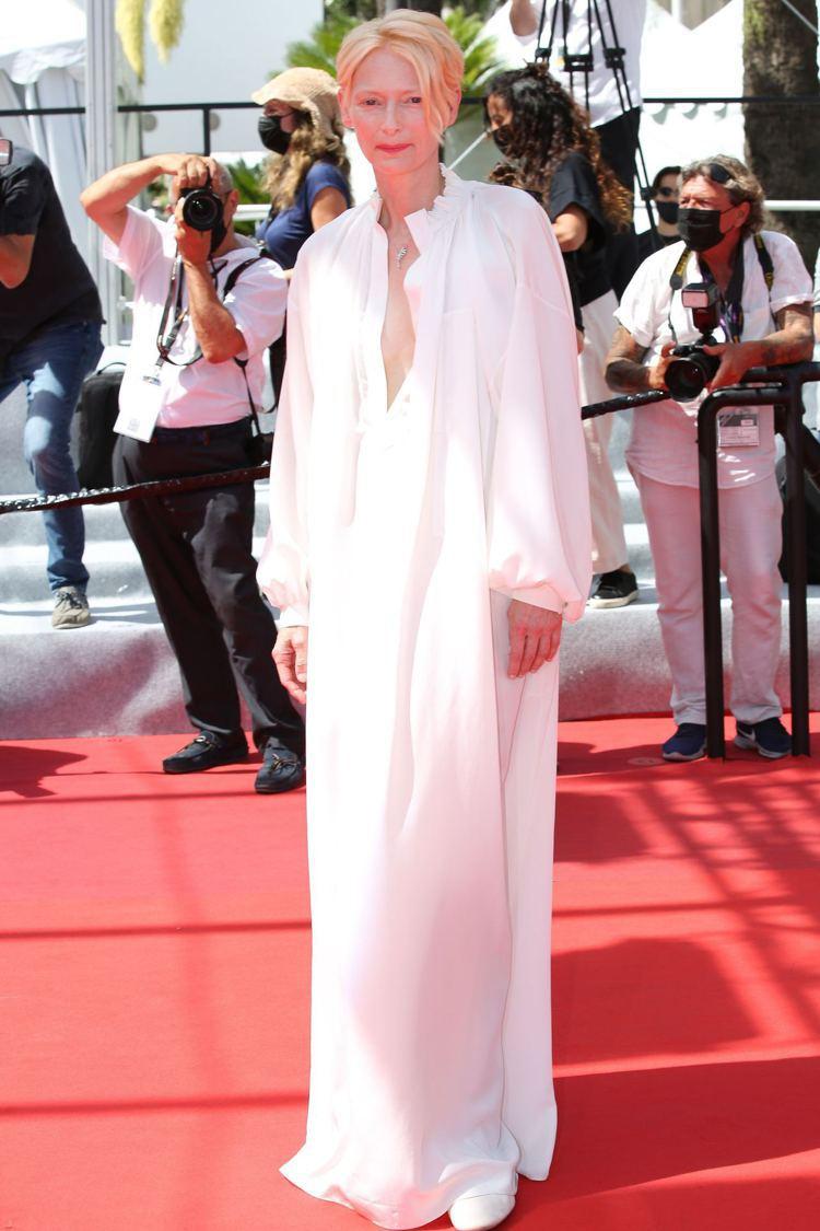 蒂妲史雲頓詮釋香奈兒長罩衫,慵懶性感而優雅。(達志影像)