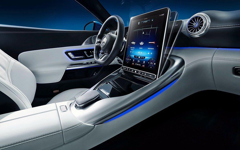 全新Mercedes-AMG SL搭載直式11.9吋多媒體觸控中控台,為避免駕駛...