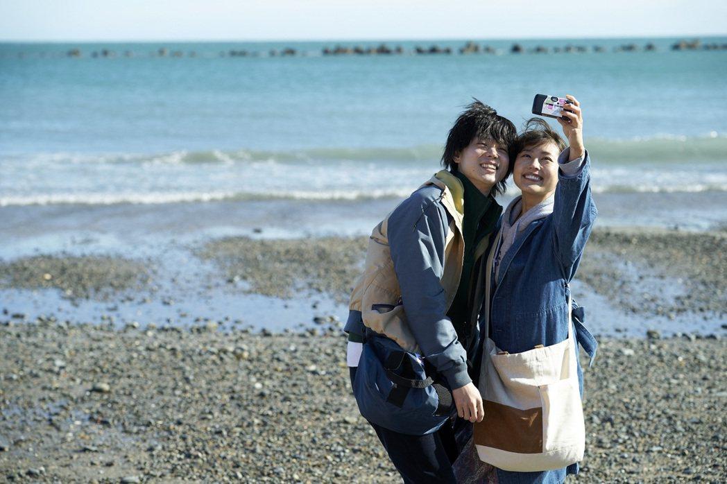 電影《像花束般的戀愛》在日本獲票房佳績,目前已在台灣上映。 圖/車庫娛樂提供