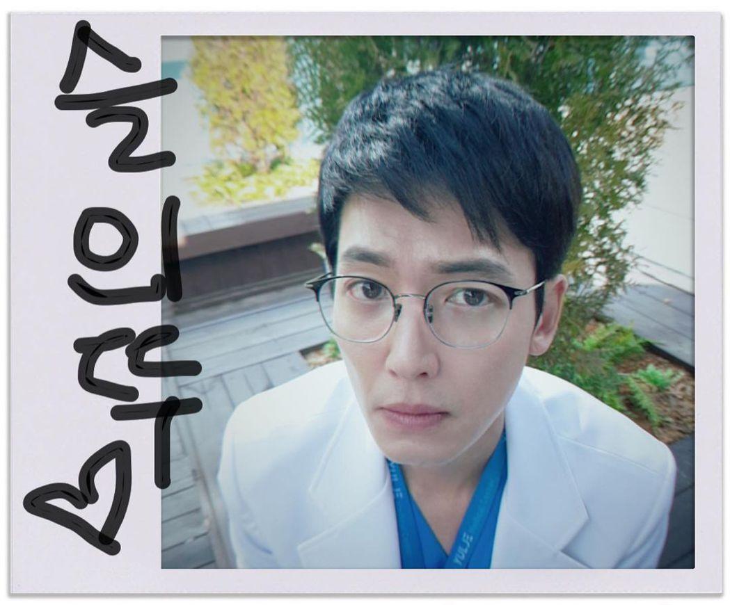 鄭敬淏演出《機智醫生生活》系列。圖/擷自IG