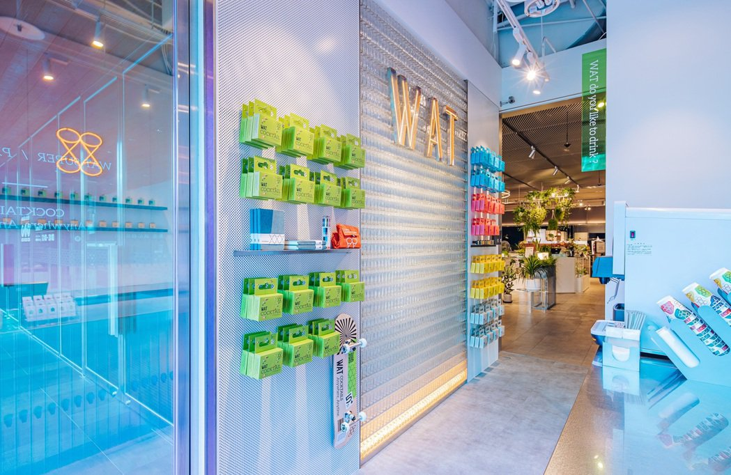 WAT第二間門市落腳台中勤美誠品綠園道一樓,牆上放置經典的WAT選物,讓顧客純粹...