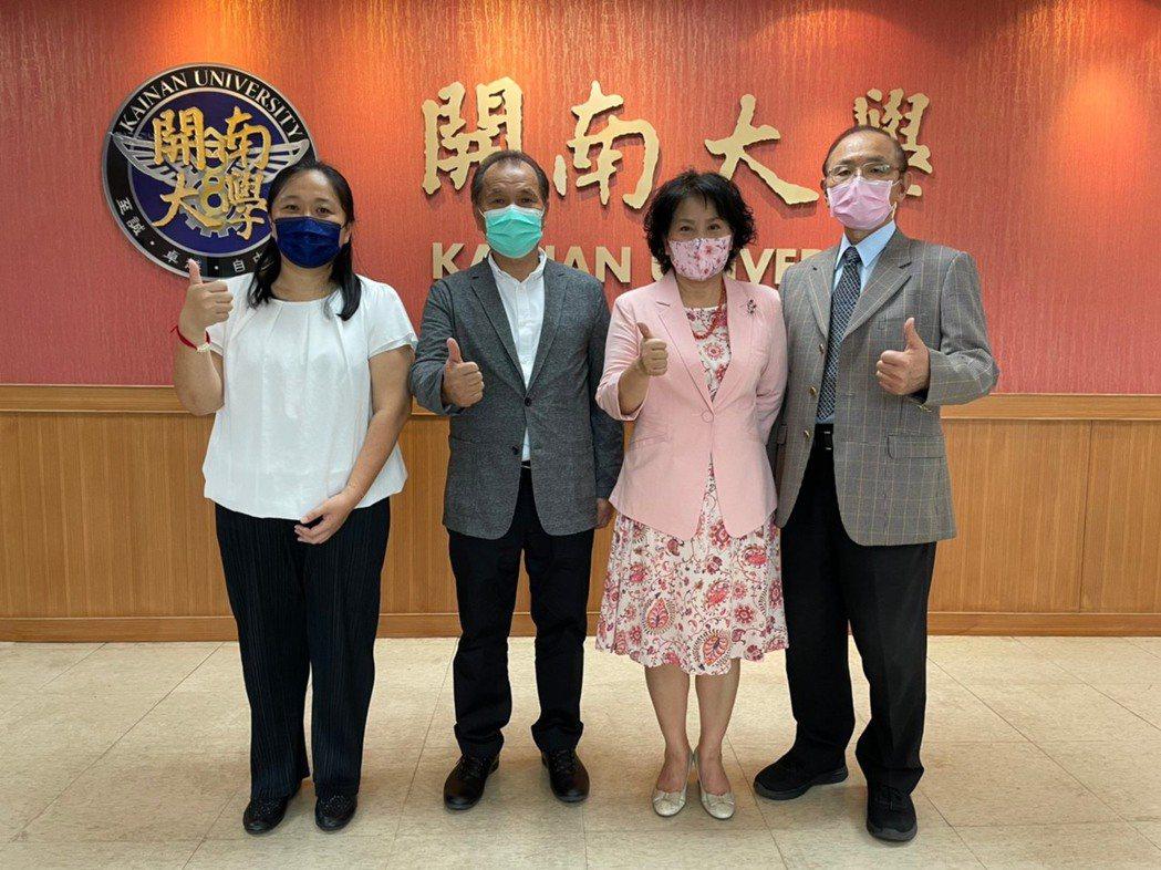 開南大學校長林玥秀(左三)與二億企業董事長陳江霖(左二),雙方合作關係正式展開。...