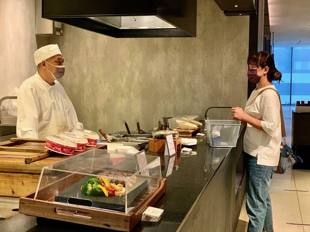 在「寒沐食市」有專人為到訪客人現做美食。 陳志光/攝影