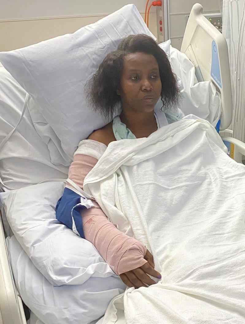 海地第一夫人瑪婷(Martine Moise)傷後,在推特公開自己遇襲後的相片。 圖/擷取自推特