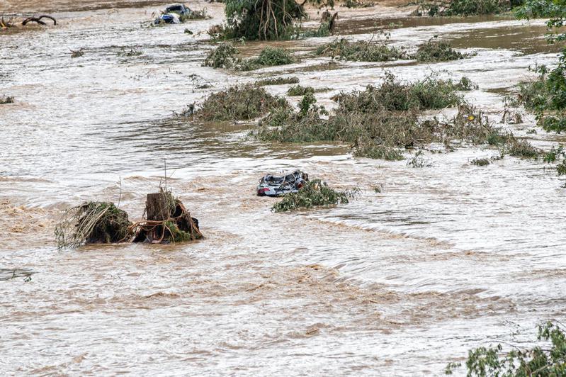 截至7月14日夜間,德國西部大部分地區遭受連續暴雨襲擊,導致當地山洪暴發,建築物被毀。圖為德國一輛轎車被洪水沖走。歐新社