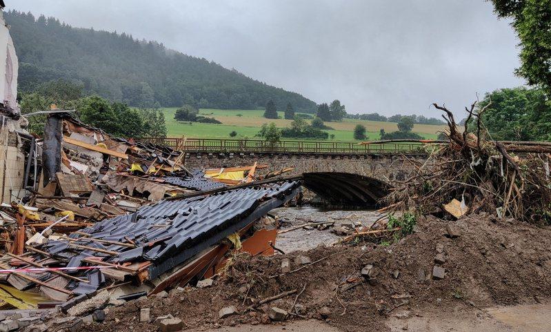根據德國第一電視台(ARD),德國西部洪患造成的死亡人數已增加到至少81人,這是德國多年來最嚴重的集體喪命事件,另有約1300人失蹤。 路透社