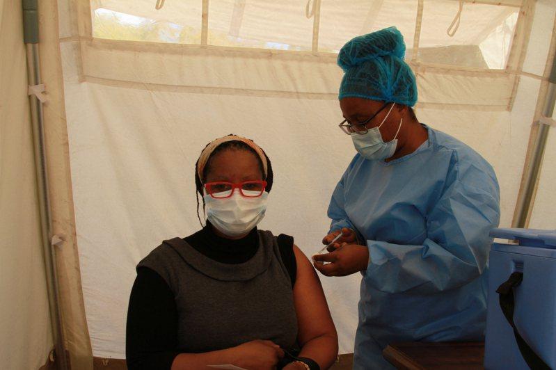 世界衛生組織(WHO)今天警告,將出現更多「危險的」COVID-19(2019冠狀病毒疾病)變異病毒株。圖為非洲民眾接種新冠疫苗。 新華社