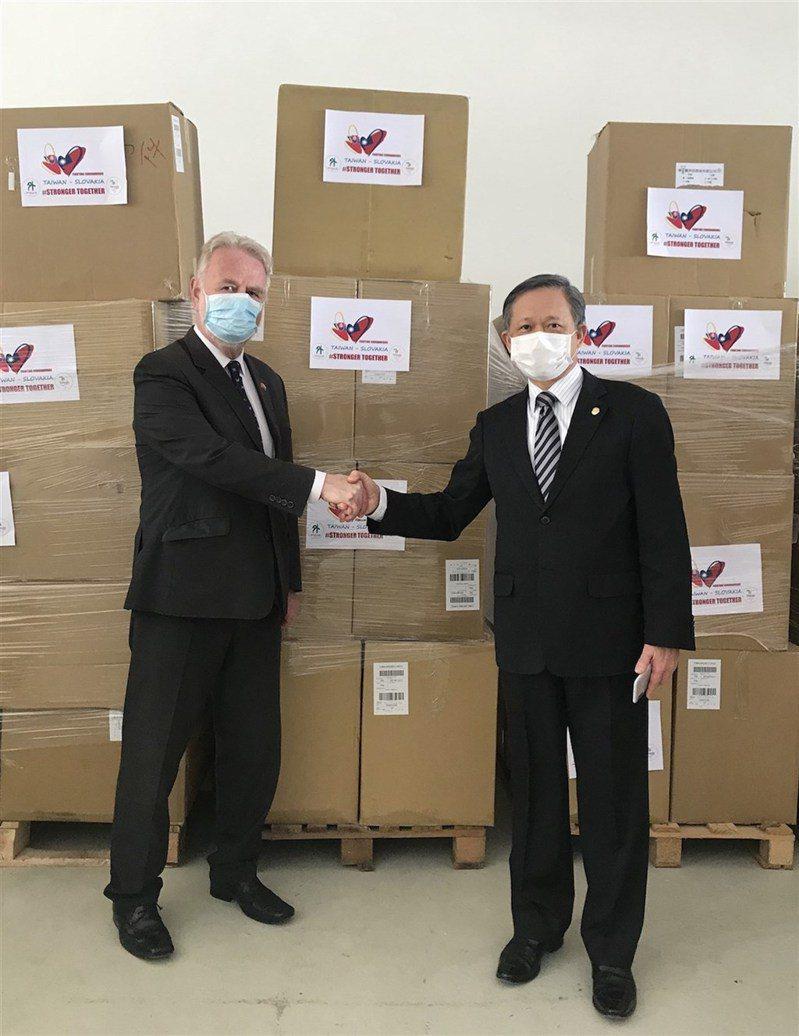 斯洛伐克將捐贈1萬劑疫苗給台灣,據了解是感念台灣曾在疫情期間捐贈70萬片口罩。圖為斯洛伐克國會友台小組主席歐蘇斯基(Peter Osuský,左)與駐斯洛伐克代表曾瑞利去年4月間一同參加台灣口罩捐贈儀式。圖/駐斯洛伐克代表處提供