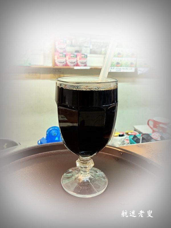 拿吸管慢慢地攪一攪,仙草汁和蜂蜜融為一體,發生漸變的化學反應,好喝到爆炸~