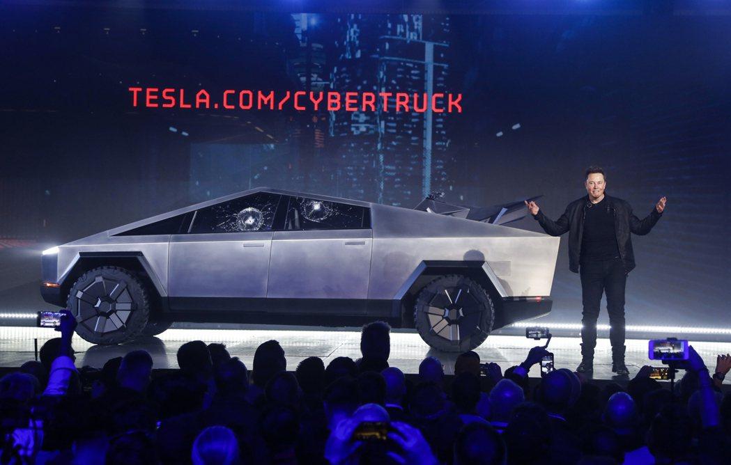 特斯拉(Tesla)執行長馬斯克2019年介紹Cybertruck出場。 美...