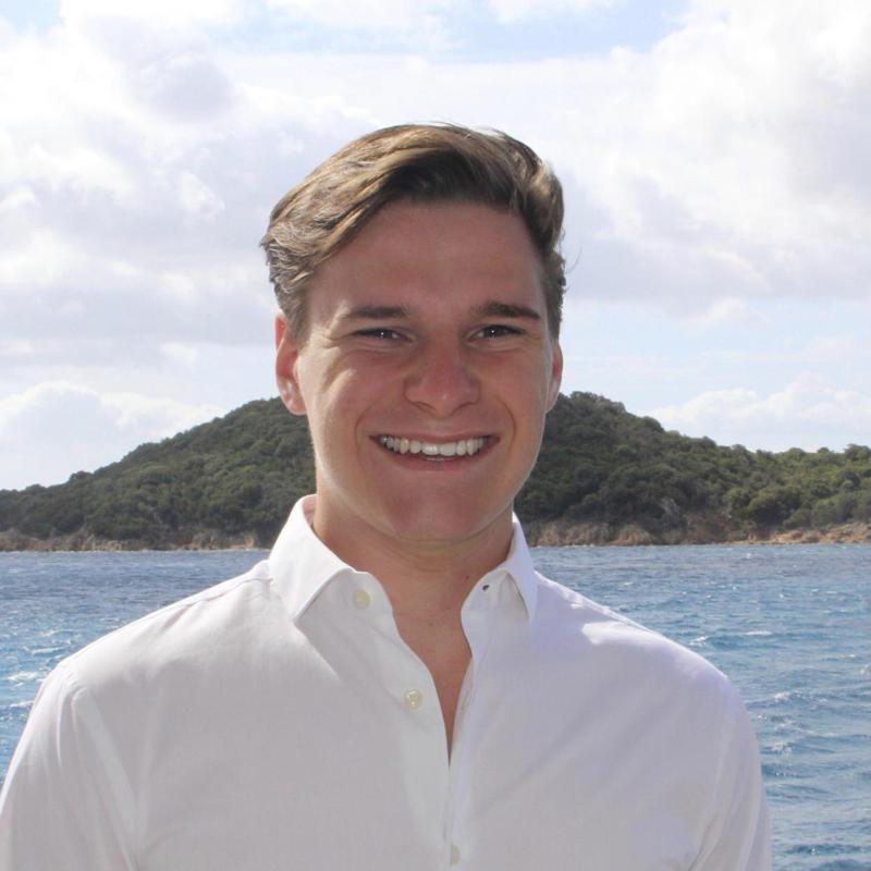 現年才18歲的戴蒙去年曾空窗一年來學習、並考取私人飛行執照,今年9月將進入荷蘭烏特勒支大學就讀。藍源公司執行長史密斯更指出「戴蒙代表的是協助我們打造邁向太空之路的新血」。路透