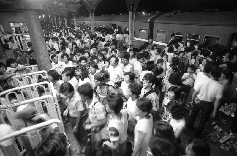 87年歷史的鐵路淡水線,1988年7月16日凌晨零時40分在「最後一班列車」駛過之後停駛。當天乘客擠滿淡水站,對淡水線做最後的巡禮。圖/聯合報系資料照片