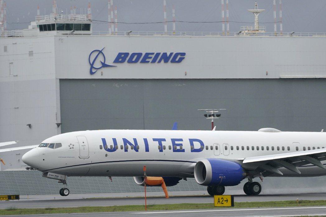 一架美國聯合航空波音737 Max 9客機,停在西雅圖King County機場...