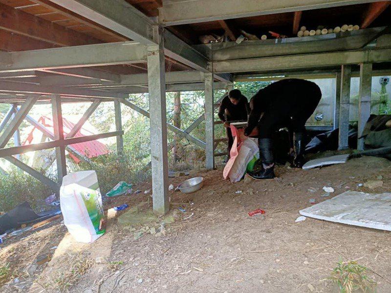 高山協作員在霸南山屋周邊進行山屋環境清潔工作。圖/雪霸國家公園管理處提供