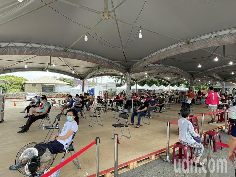 新竹市東區疫苗施打站今天早上預約400人,預約報到率幾乎百分百,秩序大致良好。記者張裕珍/攝影