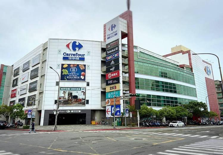 家樂福內湖店昨晚接到台北市衛生局的通知曾有確診者短暫停留,因此今天閉店清消,預計...