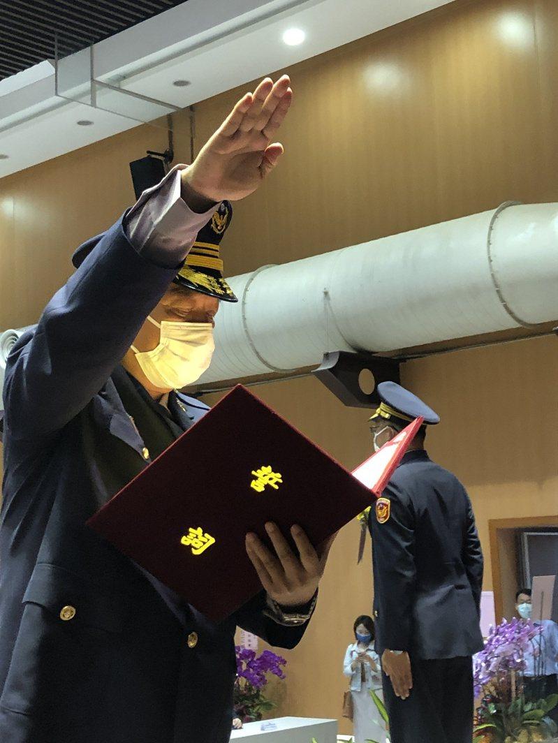 新上任台中市警察局局長蔡蒼柏(圖者)進行就職宣誓。圖/台中市政府警察局提供