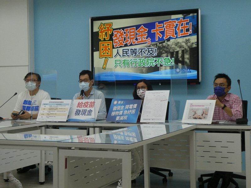 斯洛伐克感念台灣去年贈送70萬片醫療口罩,決定捐台灣1萬劑疫苗回報。國民黨團總召費鴻泰上午表示,感謝斯洛伐克,但斯洛伐克國民所得不到台灣的三分之二,台灣經濟實力比較強,曾幾何時淪落至如此窘困。記者周志豪/攝影