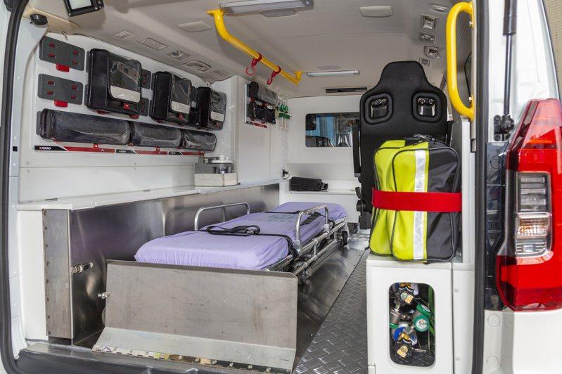 今日捐贈給童綜合醫院的救護車空間寬敞。圖/童綜合醫院提供