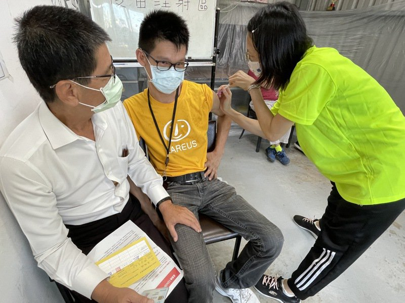 高市衛生局派員前往身障者日照服務據點施打疫苗,化解身障者緊張心情。圖/喜憨兒基金會提供