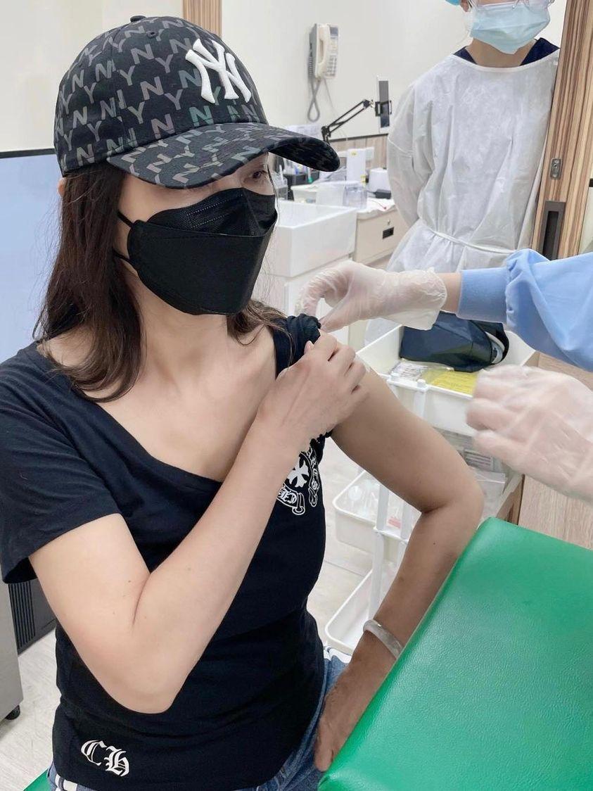 陳美鳳秀出施打疫苗的照片。圖/摘自臉書
