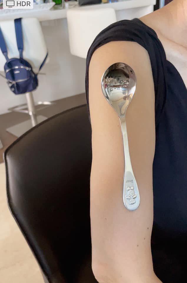 陳美鳳打完疫苗手臂可以吸住湯匙。圖/摘自臉書