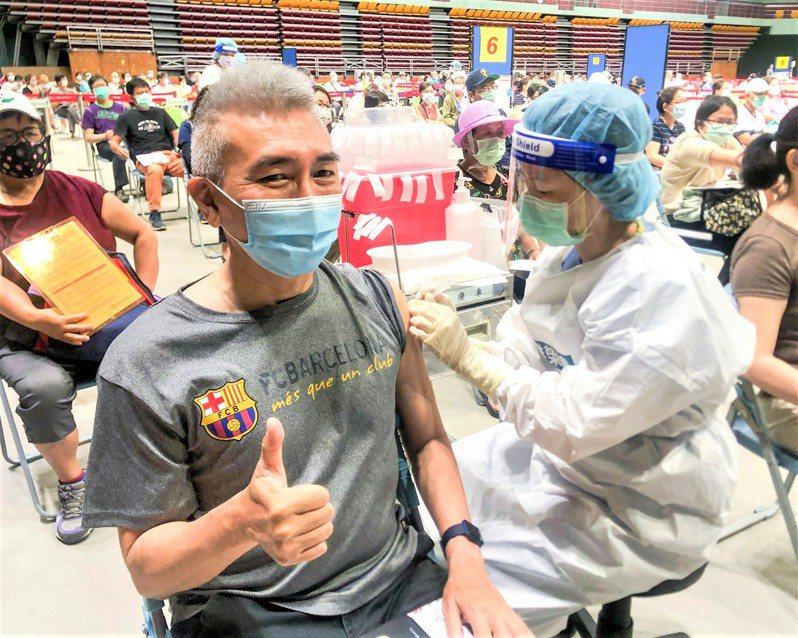 屏東縣公費疫苗預約新制施打今天首日,縣長潘孟安在臉書PO出預約新制屏東打出的第一針。圖/取自潘孟安臉書