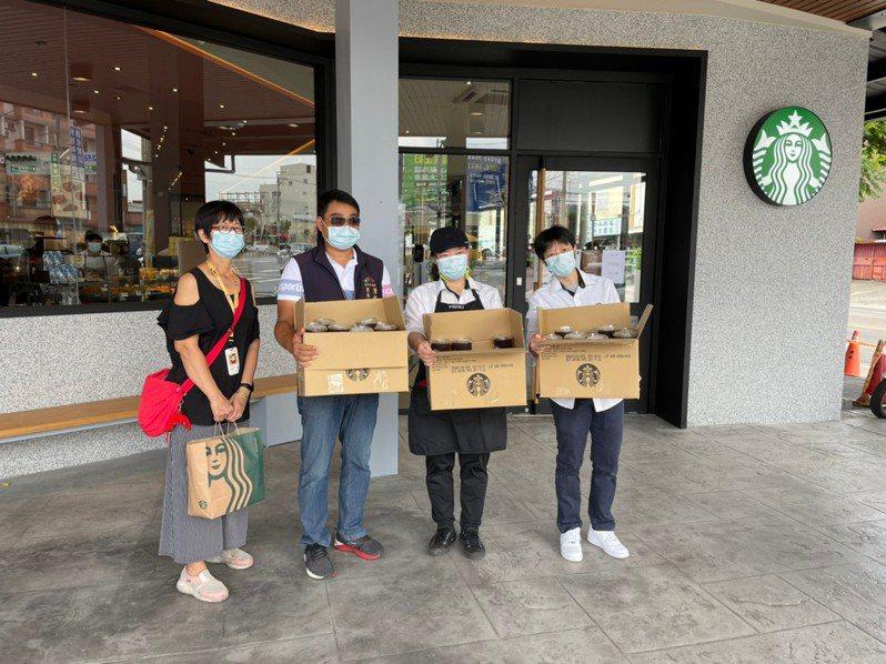 台中市清水區民眾感念母親打完疫苗後精神佳,今日捐贈110杯咖啡給快打站醫護人員。圖/民眾提供