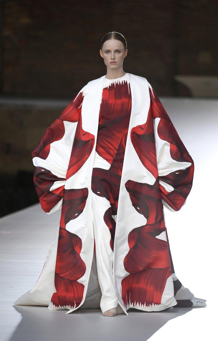 服裝的寬鬆結構與流動感,像是帶出無論藝術或服裝創作者追求的共同自由。圖 / VA...