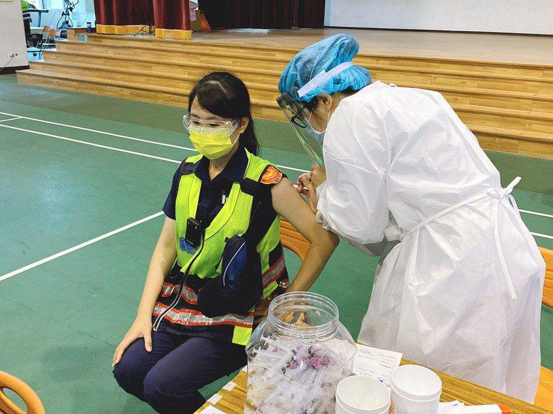 台中市警員接種疫苗。圖/台中市政府警察局提供