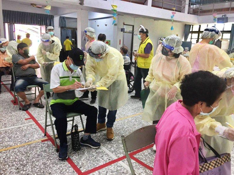 南投縣成功擋下10幾例已接種過第一劑AZ疫苗,卻想來接種莫德納第二劑的民眾。圖/南投縣政府提供