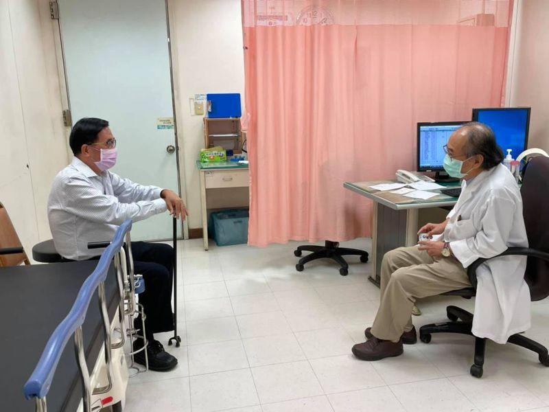 前總統陳水扁(左)今天北上馬偕醫院看診,申請診斷證明書。圖/取自陳水扁臉書
