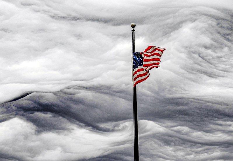 一幅正在飄揚的美國國旗,攝於3月。一分最新調查發現,自1月6日的國會暴亂案以來,美國各地民眾對脫離聯邦的支持度都呈現上揚,又以南方的共和黨人與西岸的民主黨人對現狀明顯最為不滿。路透/USA TODAY NETWORK