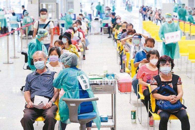 台灣展開大規模新冠疫苗接種。記者邱德祥╱攝影