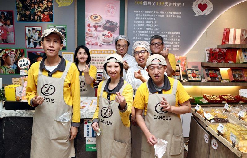 喜憨兒烘焙屋的庇護員依不同的工作性質,考取烘焙及門市丙級證照,以提升品質及市場競爭力。記者侯永全/攝影