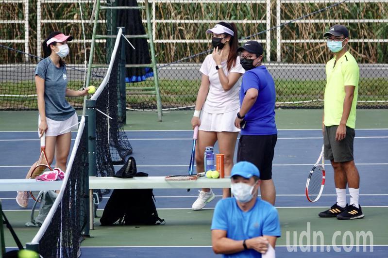 中央流行疫情指揮中心日前宣布,延長全國疫情3級警戒並適度鬆綁部分措施,其中網球僅開放兩人對打。微解封後首個小週末,許多球友到河濱公園的網球場打球,不忘帶好口罩防疫。記者林伯東/攝影