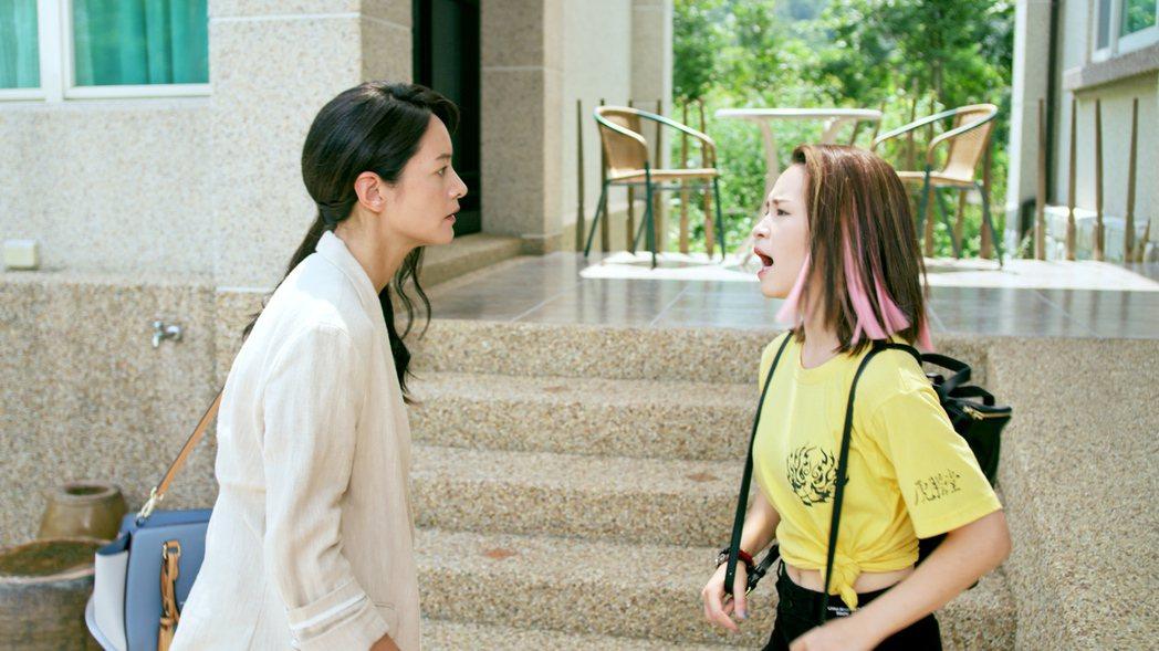盧以恩(右)在戲中和媽媽Janet關係不好。圖/東森提供