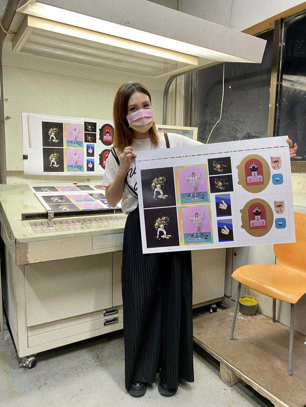 魏如萱二度探班印刷廠,直讚加碼又加碼。圖/好多音樂提供