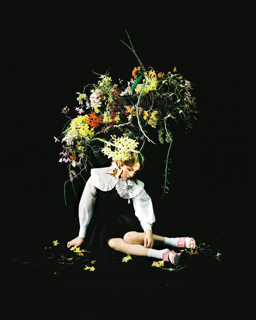 魏如萱專輯封面戴上一頂巨大花藝帽子,象徵美好的事物也同時乘載著重量。圖/好多音樂...