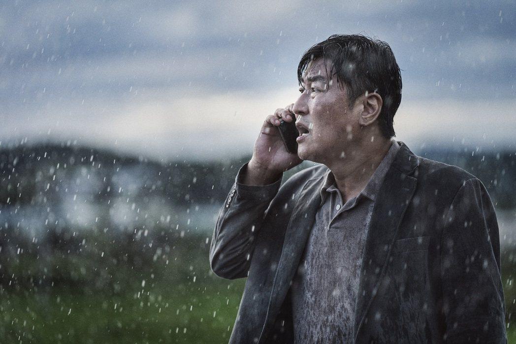 宋康昊在「緊急迫降」飾演刑警,負責追查一起前所未見的航空災難事件。圖/車庫提供