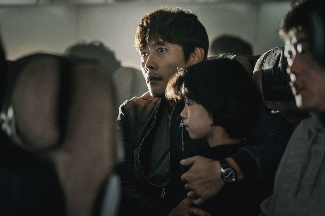 李炳憲主演「緊急迫降」在坎城影展首映,獲得大好評。圖/車庫提供