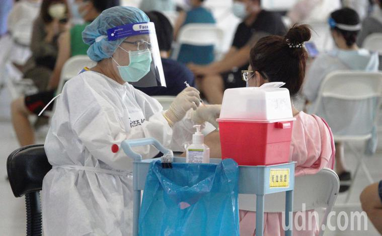 莊人祥表示,第一劑施打AZ疫苗出現過敏及不良反應者,二劑可選擇莫徳納施打。疫苗施...