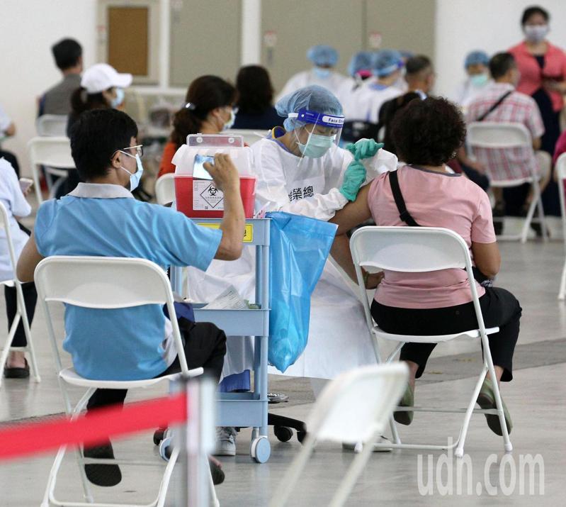 高雄市從今天起,開打由中央系統有預約AZ疫苗的50歲以上民眾,預計到22日為止要完成9萬人施打。記者劉學聖/攝影