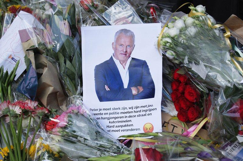 荷蘭民眾9日獻花,向遭人當街槍擊而性命垂危的知名犯罪記者德弗里斯致意。德弗里斯家屬15日聲明,他「未能贏得這場戰役」,已經不幸身亡。路透/Sipa USA